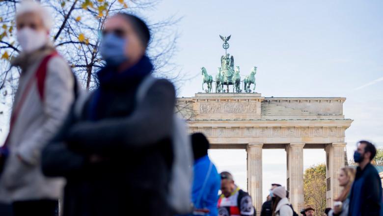 Oameni purtând măști în Germania